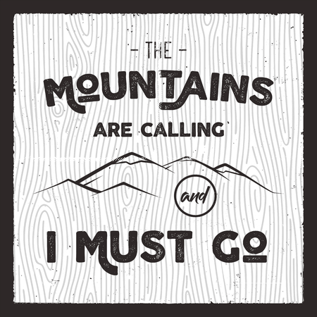 Cartel de montaña en estilo de silueta retro con cita La montaña está llamando y debo irme. Tarjeta dibujada a mano vintage. Insignia de tipografía de viaje, folleto Ilustración de vector