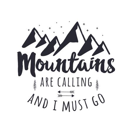 Las montañas están llamando y debo ir al diseño gráfico. Logotipo de tipografía Mountain Adventure. Ilustración de viajes dibujados a mano vintage. Stock vector emblema al aire libre aislado en blanco