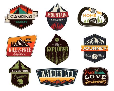 Zestaw vintage logo na zewnątrz. Ręcznie rysowane odznaki podróży górskich, emblematy przyrody. Kempingowe koncepcje etykiet. Ilustracje odkrywców. Łaty wektorów na białym tle
