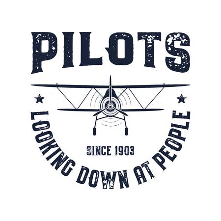 Emblema dell'aeroplano d'epoca. I piloti che guardano le persone citano. Etichette grafiche vettoriali biplano. Design distintivo aereo retrò. Timbro dell'aviazione. Elica di mosca, vecchia icona, scudo isolato su priorità bassa bianca.