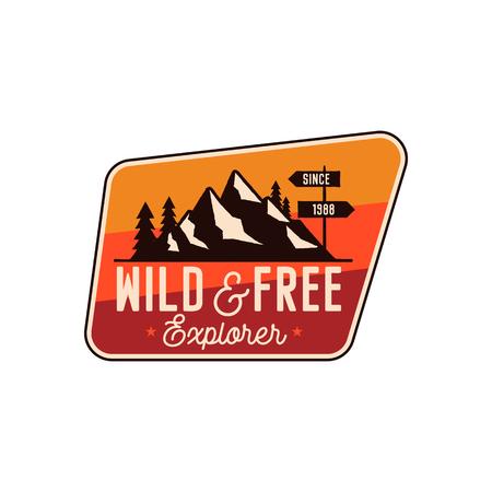 Insignia de camping, parche de aventura: cita de explorador salvaje y gratuita. Logotipo de viajes Moutnain. Emblema retro. Etiqueta de senderismo vector stock aislada sobre fondo blanco