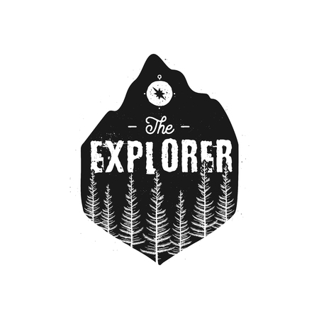 Distintivo della fauna selvatica da campeggio. Il logo dell'esploratore Emblema di avventura in montagna in stile retrò silhouette. Caratterizzato da pineta e testo. Toppa nera da viaggio. Vettoriali Stock escursionismo etichetta isolato su bianco