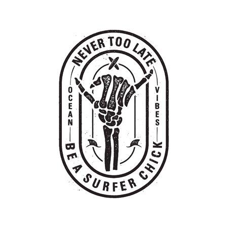 Vintage Surf Print Design mit Skelett Knochen Hand für T-Shirt. Seien Sie nie zu spät eine Surferküken-Typografie-Zitatkalligraphie. Ungewöhnliches handgezeichnetes schwarzes Surf-Grafik-Patch-Emblem. Stock Vektor