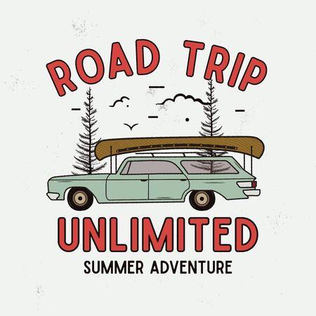 Tシャツ、プリントのためのロードトリップ夏の冒険グラフィック。ヴィンテージ手描きキャンプエンブレム。木々、珍しいバッジを持つレトロな旅行シーン。
