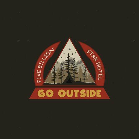 マウンテンキャンピングバッジイラストデザイン。テント、木や引用符と珍しい屋外の旅行グラフィック - 外に出てください。Tシャツやその他の用途のためのワンダーラスト古いスタイルのパッチ。株式 写真素材