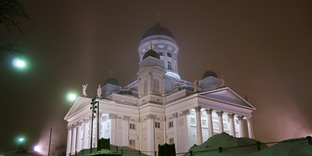 engel: The iconic and historical Helsinki Cathedral located in the epicenter of Helsinki in a foggy December night