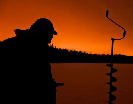 lota: Silueta de un pescador de hielo