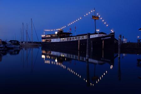 Mariehamn, Finland - July 6, 2013: Restaurant ship F.P. von Knorring in Mariehamn harbor on clear July night. Standard-Bild - 126613630