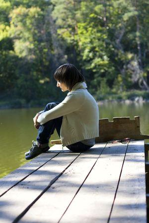 une jeune fille solitaire