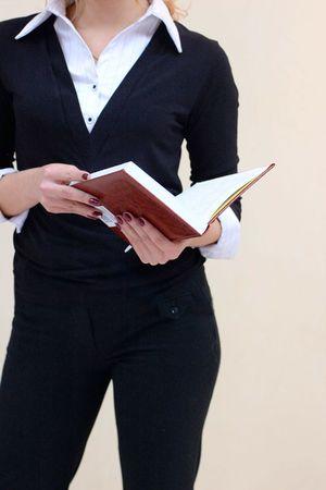 une Dame de busuness dans un costume avec notes