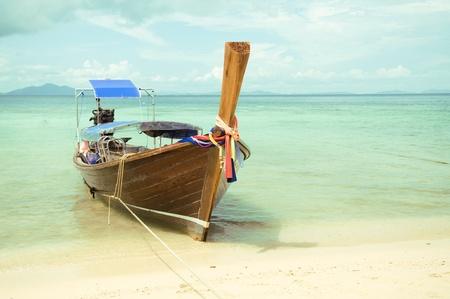 태국에있는 모래 해변에 아름 다운 긴 꼬리 보트 스톡 콘텐츠