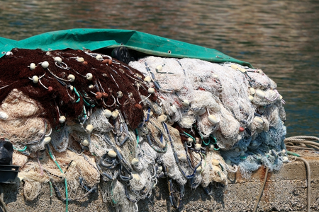 redes de pesca: Messy fishing net on the shore.