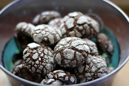 biscuits au chocolat craquelés dans un bol. Décoré avec du sucre granulé et en poudre. mise au point sélective. Banque d'images