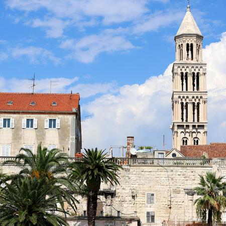 Waterfront in Split, Croatia with Saint Domnius bell tower. Split is popular touristic destination. 免版税图像