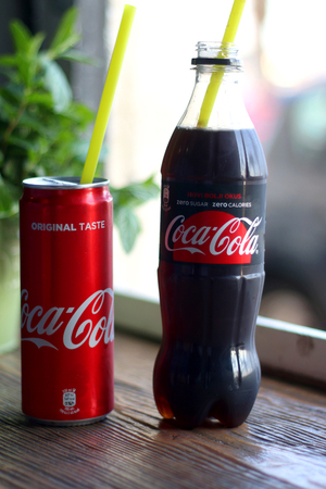 cola canette: Split, Croatia - March 22, 2017: Coca Cola in a can and Coca Cola Zero in a bottle with straws. Selective focus.