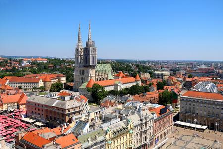 仮定、イェラチッチ広場、青空市場などの市場、大聖堂、ザグレブ市内中心部。