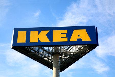 Zagreb, Kroatië - 22 juni 2017: Ikea-teken tegen de blauwe hemel. Ikea is 's werelds grootste meubelhandelaar. Redactioneel