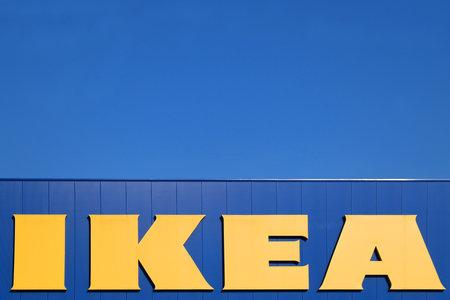 Zagreb, Kroatië - 22 juni 2017: Ikea-teken tegen op de winkel in Zagreb, Kroatië. Ikea is 's werelds grootste meubelhandelaar.