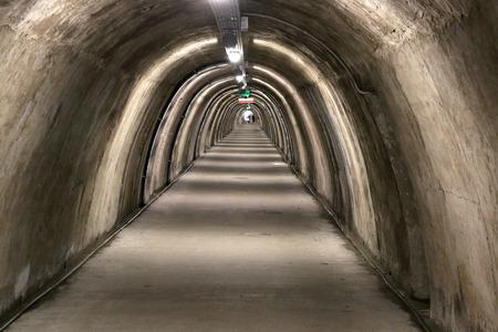 터널 Gric은 자그레브 업타운 (크로아티아)의 WW2 터널입니다. 산책과 전시를 위해 새롭게 열렸습니다.