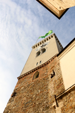 Historical watchtower on Ljubljana castle, landmark in Ljubljana, Slovenia. Flag of Ljubljana city on the top. 免版税图像