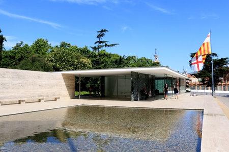 Barcelona, España - 8 de julio de 2018: Visitantes en el Pabellón de Barcelona, diseñado por Ludwig Mies van der Rohe en Barcelona, España.