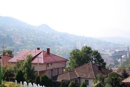 Widok z lotu ptaka Sarajewa, Bośni i Hercegowiny, z żółtej twierdzy w słoneczny dzień.