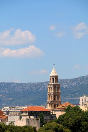 Saint Domnius bell tower, landmark in Split, Croatia, surrounded with trees. 免版税图像