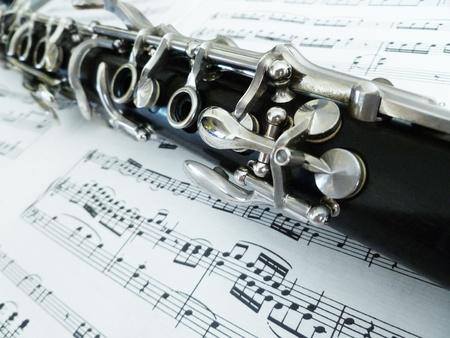 clarinet: Con una vista diagonal del clarinete partituras.