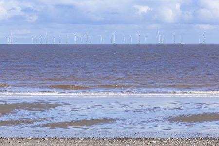cielo y mar: La energ�a renovable, parque e�lico en alta mar industril, Spurn Point, Gran Breta�a Foto de archivo