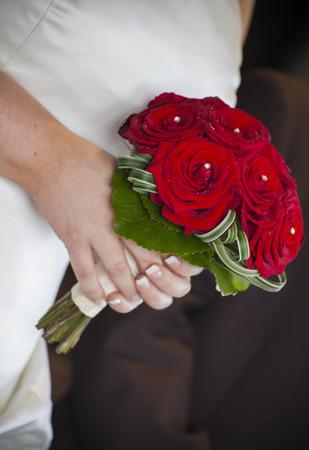 rosas rojas: Novia celebraci�n ramo de rosas rojas a la espera de la ceremonia de boda Foto de archivo