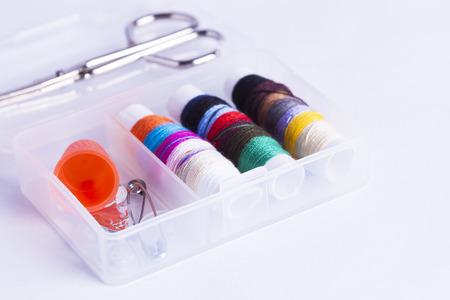 kit de costura: Kit de costura en miniatura con tijeras aislados en blanco para los conceptos de las tareas domésticas y needlecrafts