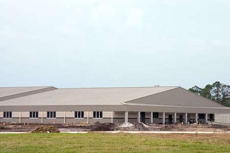 Een groot gebouw in aanbouw, en binnenkort worden nieuwe school Stockfoto