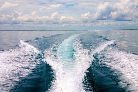 Litoral que se contrae en la distancia detrás del barco Foto de archivo - 529846