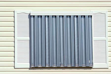 ハリケーンの保護段熱帯家に設置された金属パネル 写真素材