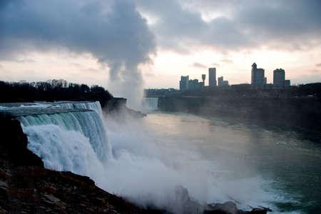 ruggedness: Niagara Falls USA; colpo solo dopo il tramonto, portando il grezzo, robustezza del terreno.