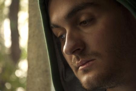 homme inquiet: Portrait de jeune homme inquiet, regardant par la fen�tre