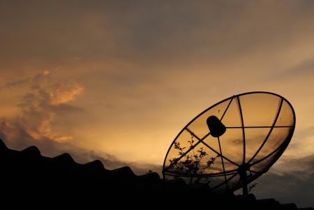 Satelliet schotel in de ochtend hemel Stockfoto