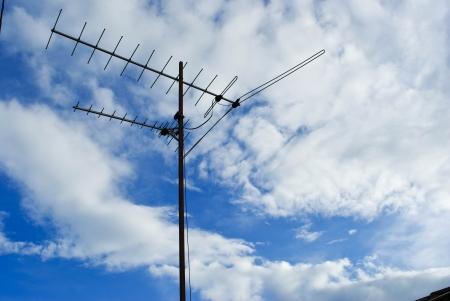 Antenne de télévision Accueil avance sur le ciel bleu Banque d'images