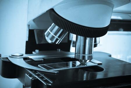Ernstige arts studeren chemisch element in het laboratorium
