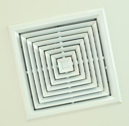 Airconditioningsysteem geïnstalleerd op het plafond