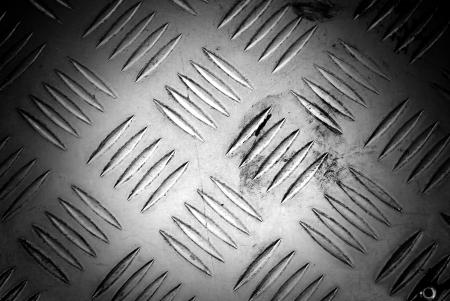 diamondplate: Sfondo scuro di una vera lastra di acciaio con diamanti