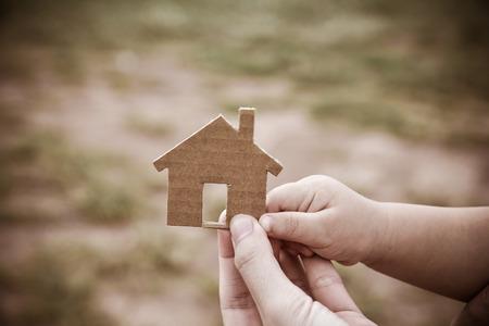 Het concept van het bouwen van woningen op onbebouwde grond. Voor mij en familie