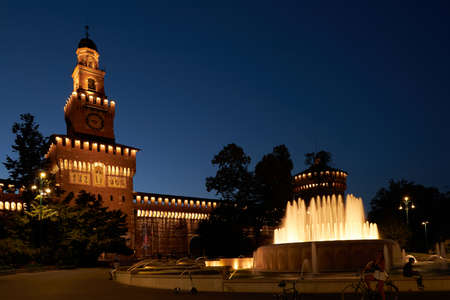 Beautiful view of Sforza Castle Castello Sforzesco with fountain at night, Milan, Italy. This old castle was built in 15th century by Francesco Sforza, Duke of Milano. Milan Italy 08.2020 報道画像