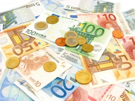 soldi euro: Sfondo di Euro fatture varie sparse valute e monete Archivio Fotografico