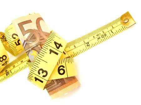 cintas metricas: Atado: Cincuenta billetes envueltos en una cinta de medir Foto de archivo