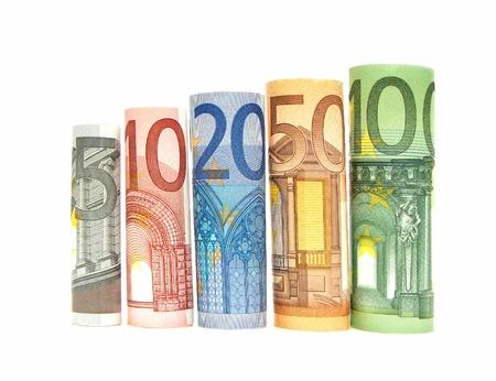 billets euro: L'augmentation de coupures de billets Euro roulé sur un fond blanc
