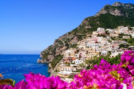 Panoramisch zicht van Positano op de Amalfi kust van Italië met mooie bloemen op de voorgrond