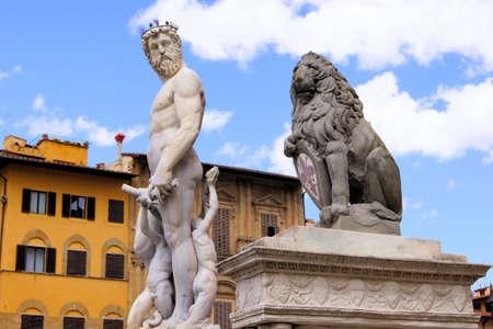 neptuno: Estatua de Neptuno y León en la Piazza della Signoria, Florencia, Italia  Editorial