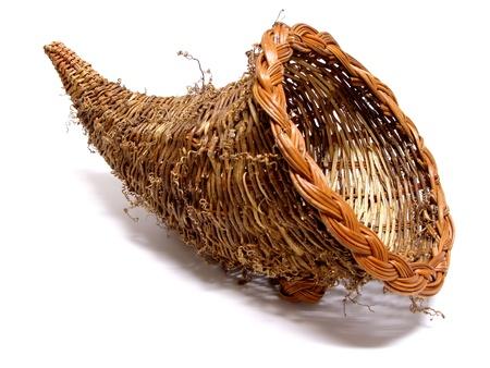 cuerno de la abundancia: Vaciar la cesta cornucopia de acción de gracias en un fondo blanco