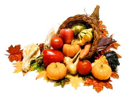 cuerno de la abundancia: Cosecha o Thanksgiving cornucopia llena de amplia selecci�n de vegetales sobre un fondo blanco Foto de archivo